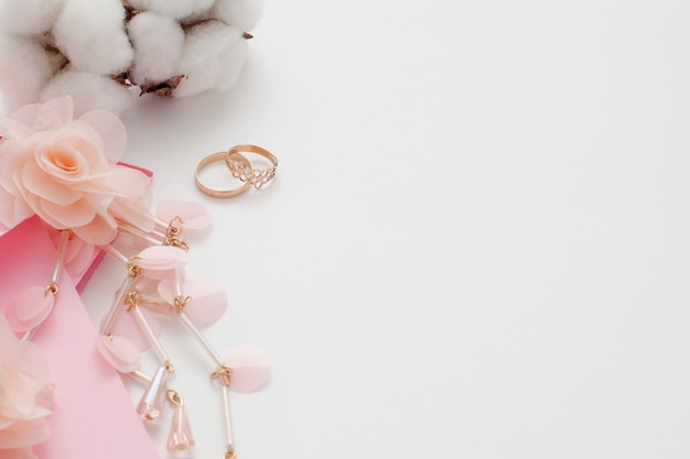 Свадебный фон текста, белый, украшенный розовыми пригласительными конвертами, вид сверху, с копией пространства.