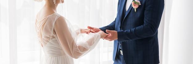 結婚式のテーマ、新婚夫婦の手をつないで。新郎新婦は手をつないで
