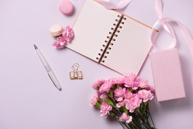 꽃과 함께 할 결혼식. 모형 플래너는 평평합니다.