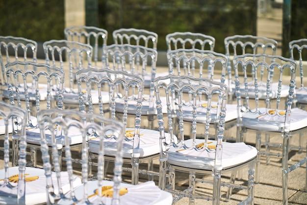 Место проведения свадьбы, призрачные стулья модные и популярные для пляжной свадьбы