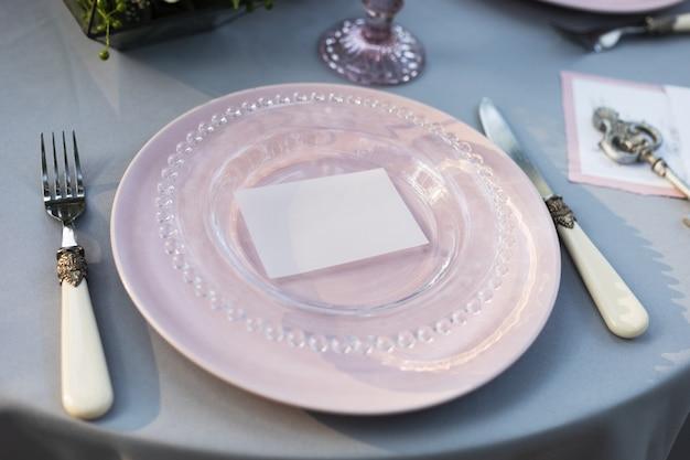 Свадебный винтажный стильный декор стола, розовые и стеклянные тарелки, вилка и нож