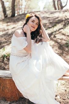 Свадебная прогулка в сосновом лесу. солнечный день. свадебная пара в лесу. красивая невеста и жених на прогулке. белое свадебное платье. букет из пионов и гортензий.