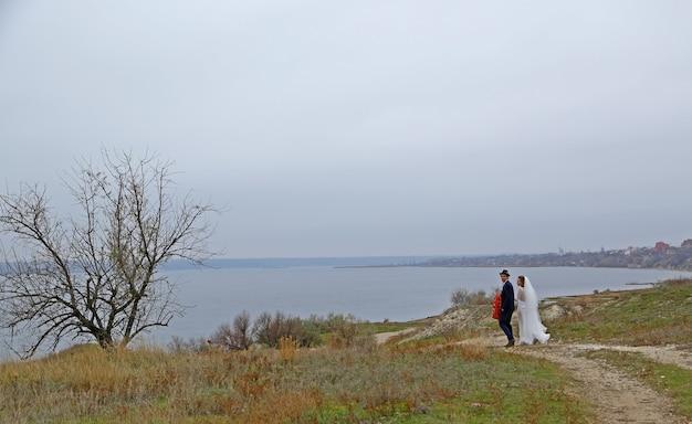 結婚式の散歩ロマンチックなカップルのレトロな式典