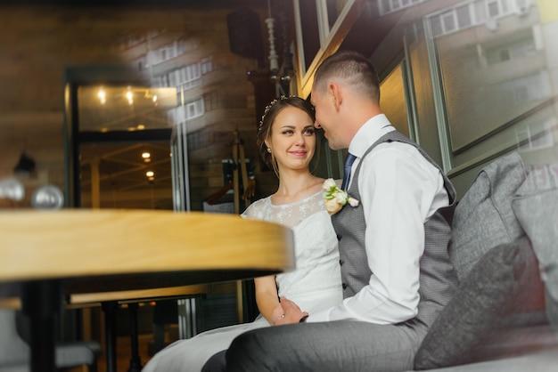 結婚式。結婚式の日。美しい花嫁とエレガントな新郎キス。