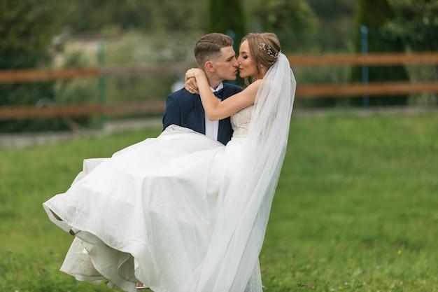 結婚式。結婚式の日。豪華な結婚式の装飾と結婚式で新郎新婦。美しい花嫁とエレガントな新郎の式典。