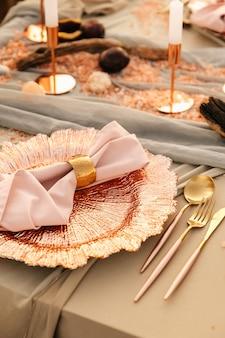 結婚式、結婚式の瞬間、装飾、装飾、結婚式の装飾、2人用の屋外結婚式のテーブル。ゴールドのペンダント、ピンクの装飾。