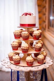 Свадебный белый торт с декоративной красной лентой