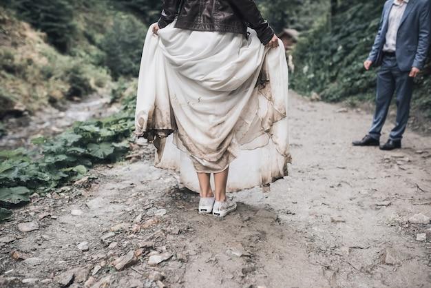 Свадебное белое платье невесты грязное на болоте