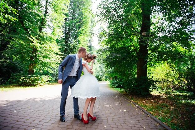 結婚式。若いカップル、最近結婚、手をつないで