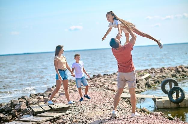 Выходные. семья проводит время на пляже и прекрасно себя чувствует
