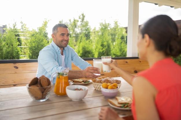 週末の朝食。週末に外でおいしい朝食を食べながら幸せを感じるカップル