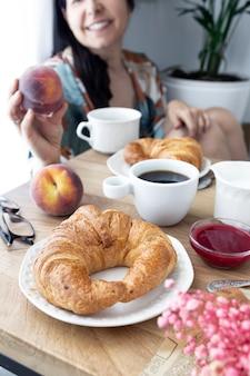 크루아상 커피와 신선한 과일이 포함된 주말 조식