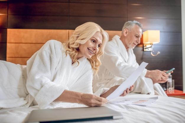 주말. 목욕 가운을 입고 호텔에서 하루를 보내는 커플