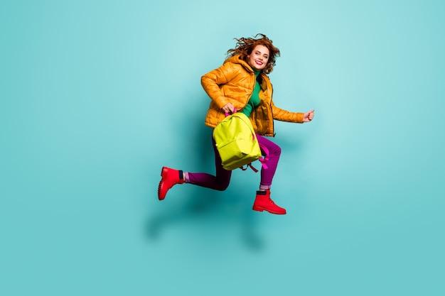 주말! 수업 수업 후 재미 있은 아가씨 점프 하이 러시 집의 전신 초상화는 학교 가방 착용 노란색 코트 스카프 바지 터틀넥 부츠를 착용합니다.