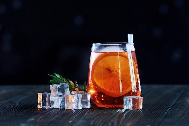 Отдых на выходных. коктейль готов. на деревянном столе в ночном клубе.