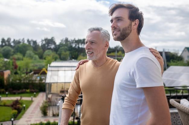 주말 함께. 시골에서 주말을 보내고 행복해 보이는 아빠와 아들