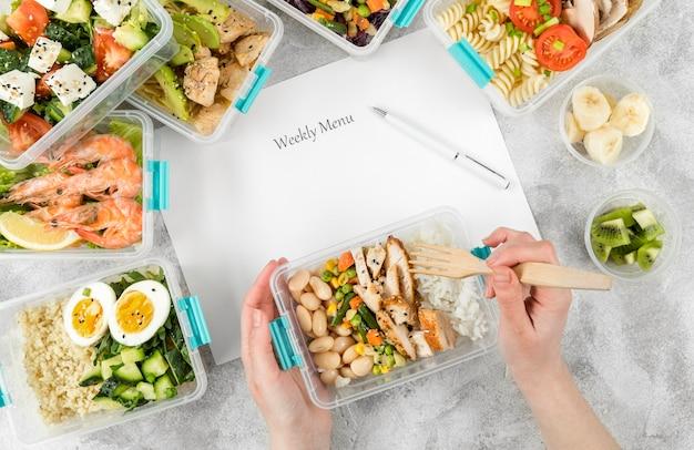 プラスチックキャセロールと食事付きの週替わりメニュー