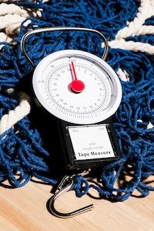 Весы на синей рыболовной сети
