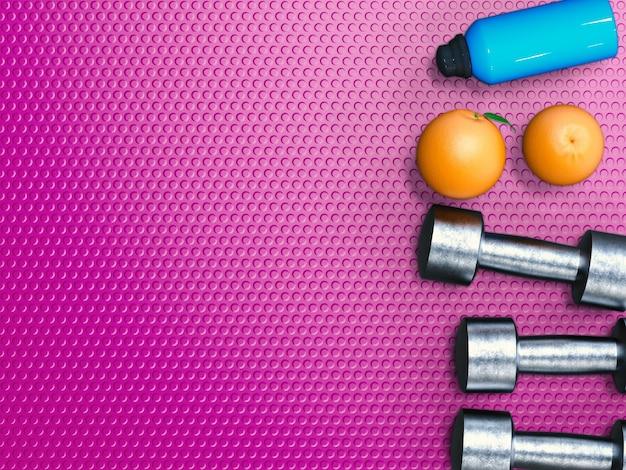 금속 아령과 오렌지를 사용한 체중 및 다이어트 개념