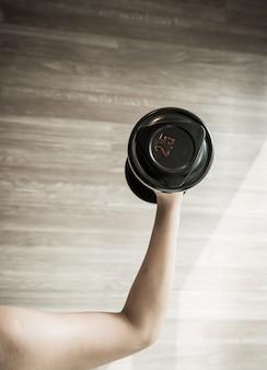 フィットネス、健康的なスポーツ、健康でしっかりしたウェイトリフティングとエクササイズ