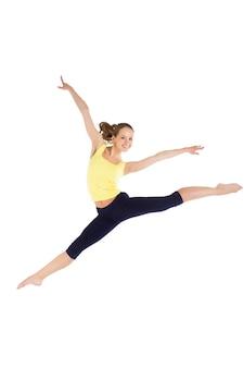 Женщина фитнеса потери веса прыгает от радости. молодая спортивная кавказская женская модель изолирована на белом фоне в полном теле