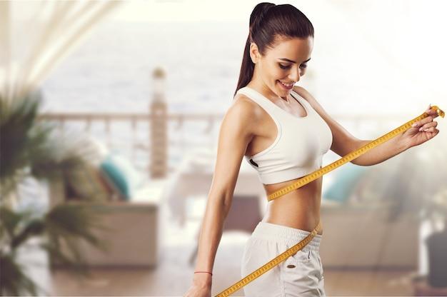 체중 감량 슬림 바디 건강한 라이프 스타일 개념 맞는 피트니스 소녀 그녀의 허리 둘레를 측정