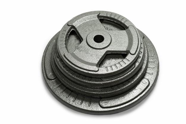 Весовые плиты, изолированные на белой поверхности