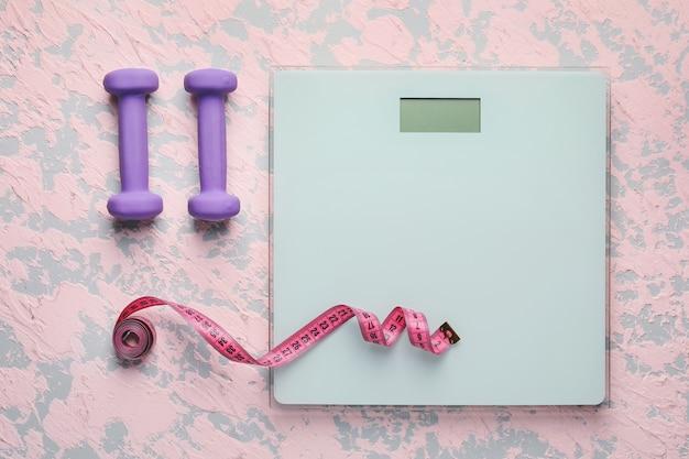 측정 테이프 및 아령으로 체중 조절. 슬리밍 개념