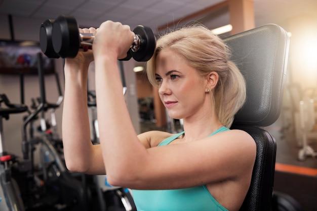 Allenamento con i pesi della donna attraente