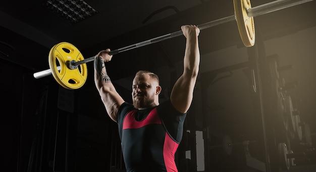 重量挙げ選手はバーベルで運動をします。頭の上のバーベル