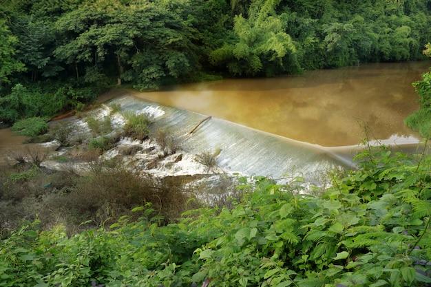 灌漑する堰 - 堰のある小さな溝