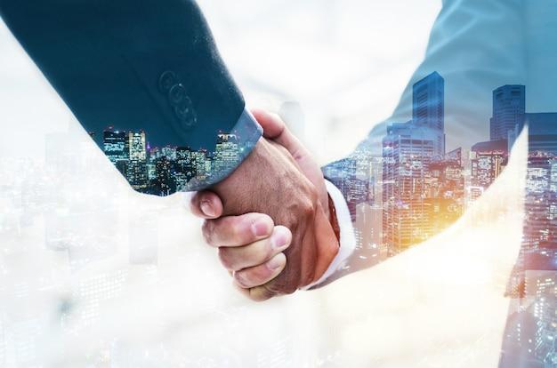 Добро пожаловать. двойная экспозиция рукопожатие партнера деловой человек