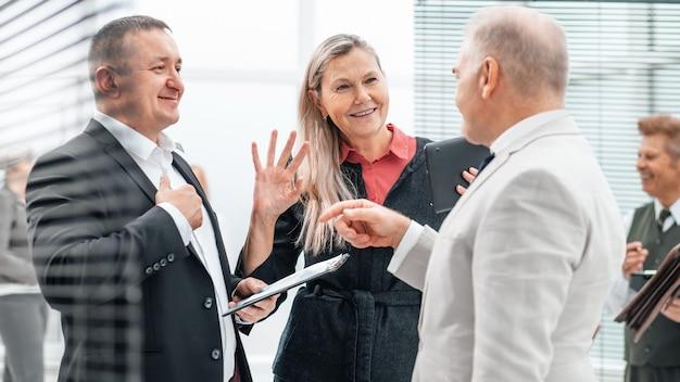 ビジネスマンの握手を歓迎します
