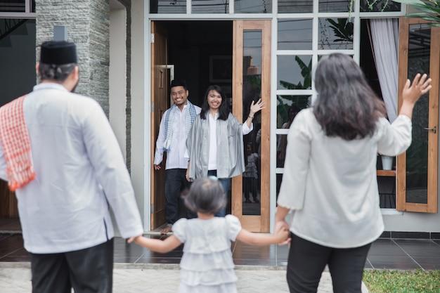 Приветствуя семью на праздник ид мубарак