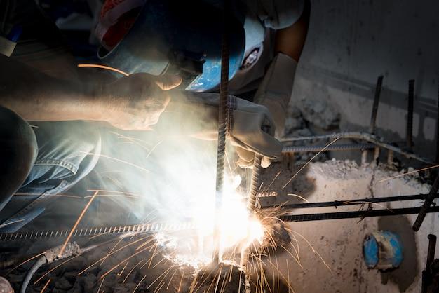 Сварщик, сварочные искры в строительных работах небезопасны