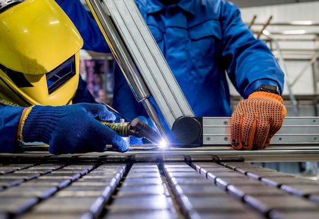 Сварщик, работающий на сталелитейном заводе с аргонной сваркой
