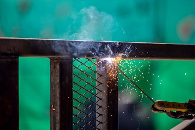 溶接と輝く火花は、私が溶接について考えるときに頭に浮かぶ2つのことです。エンジニアリングフォアマンスキルは、技術者が持っているスキルです。新しいパフォーマンスを構築することは重要なプロジェクトです。
