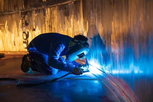 Сварочная дуга аргон рабочий мужчина отремонтировал металл