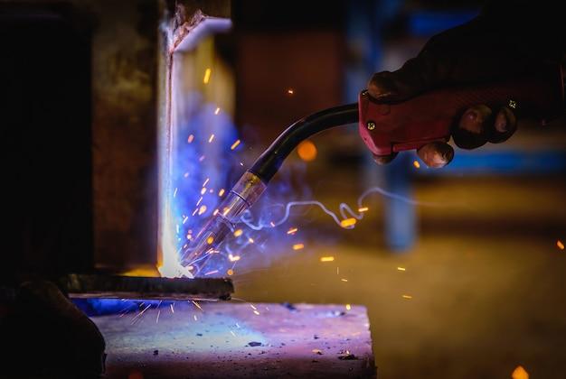 鋼構造における溶接鋼構造および鮮明なスパーク