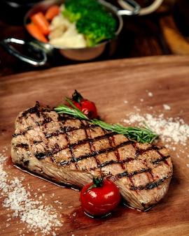 Bistecca ben fatta su una tavola di legno