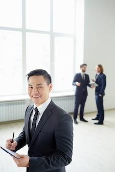 Хорошо одетый бизнесмен проведение буфера обмена