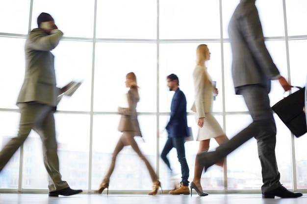 Хорошо одетые руководители в движении