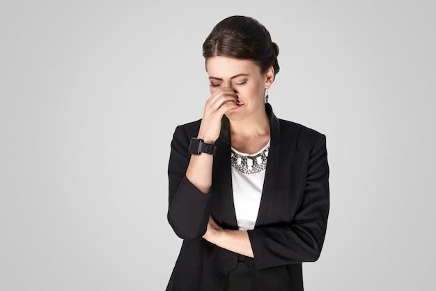 У хорошо одетой женщины в костюме плачут проблемы