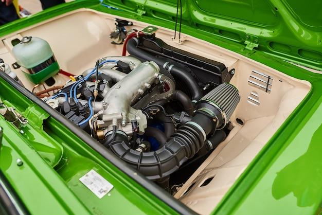 오래 된 러시아 자동차의 잘 유지 된 엔진