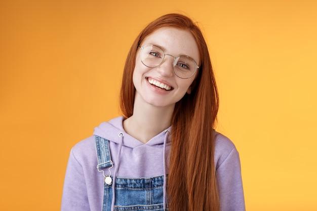 幸福、ライフスタイル、人々の概念。魅力的なフレンドリーな笑顔の赤毛の若い女の子ストレート長い自然な生姜の髪を眼鏡をかけて笑って幸せに素敵なリラックスしたカフェの雰囲気をお楽しみください