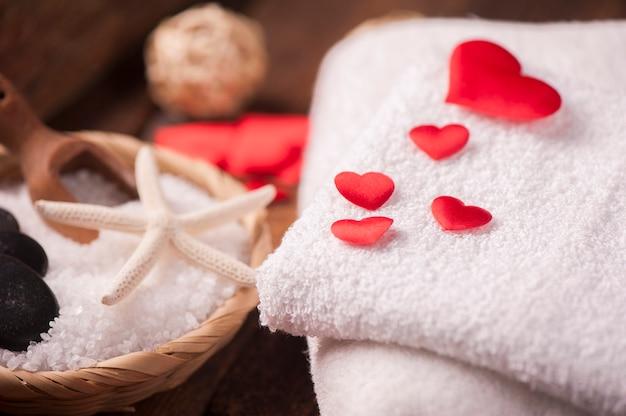 Велнес-украшение с красным сердцем