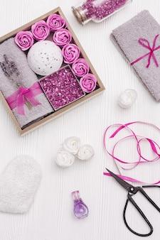 라벤더 꽃과 라벤더 아로마 목욕 밤 바다 소금 목욕 장미와 웰빙 선물 상자