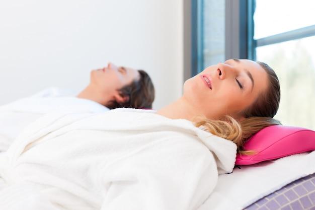 Wellness - мужчина и женщина отдыхают после сауны