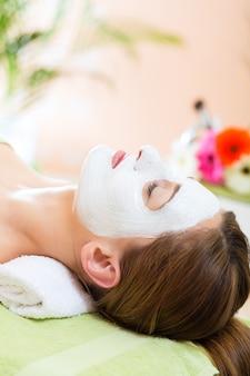 웰빙-깨끗하고 촉촉한 피부를 위해 스파에서 페이셜 마스크를받는 여성