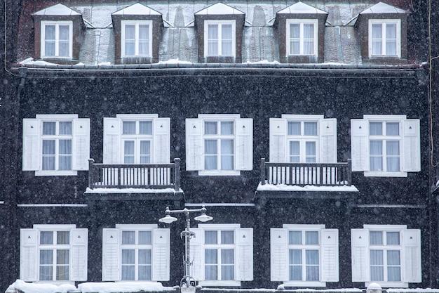 Здания в курортном городке, предназначенные для отдыха, зимой. wellness, отель, отдых